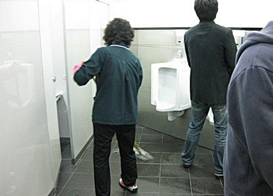 여성청소부가 남자 화장실을 청소하고 있다. 사진 / 온라인커뮤니티 갈무리
