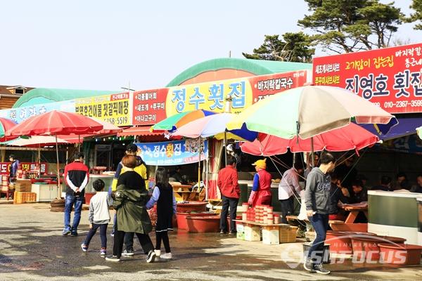 꽃구경을 마치고 맛집을 찾는 관광객으로 주변 식당도 붐빈다.   사진/강종민 기자